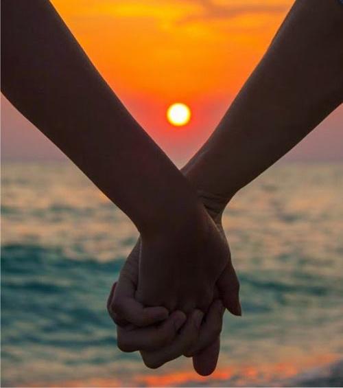 holding hands uvodnik september